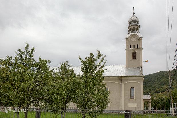 imagine-cu-biserica-ortodoxa-sf-apostoli-petru-si-pavel-din-cicarlau-judetul-maramures.jpg