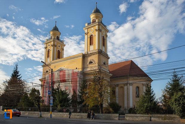 imagine-cu-biserica-reformata-cu-doua-turnuri-din-cluj-napoca-judetul-cluj.jpg