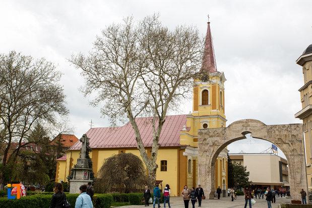 imagine-cu-biserica-romano-catolica-din-caransebes-1725-judetul-caras-severin.jpg