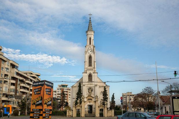 imagine-cu-biserica-romano-catolica-sf-pertu-din-cluj-napoca-judetul-cluj.jpg