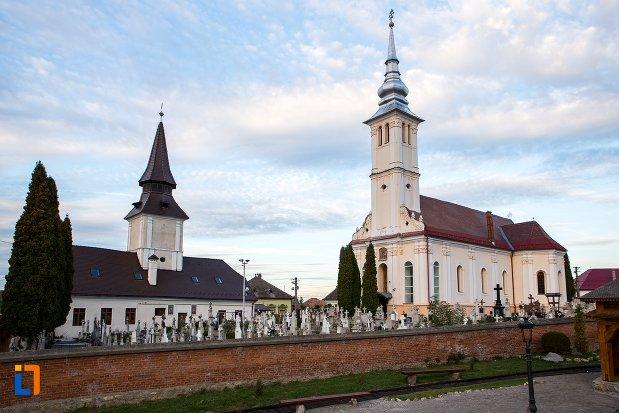 imagine-cu-biserica-sf-arhangheli-satulung-din-sacele-judetul-brasov-2.jpg