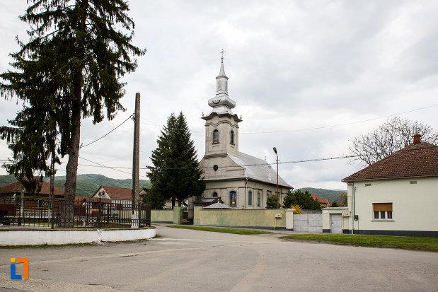 imagine-cu-biserica-sf-gheorghe-1840-din-otelu-rosu-judetul-caras-severin.jpg