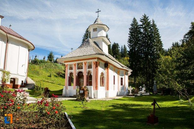 imagine-cu-biserica-sf-nicolae-1818-din-predeal-judetul-brasov.jpg