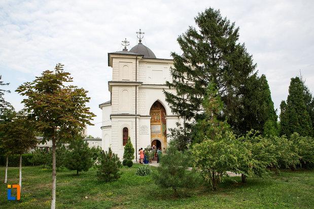 imagine-cu-biserica-si-manastirea-sf-voievozi-din-slobozia-judetul-ialomita.jpg