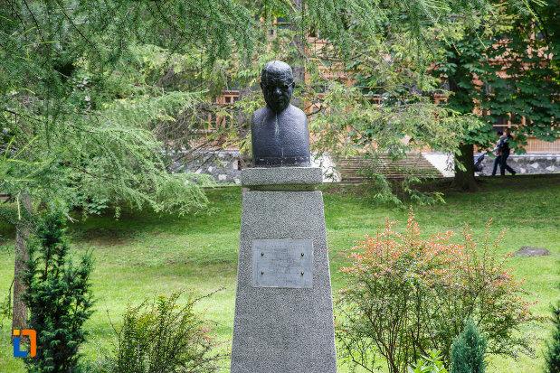imagine-cu-bustul-lui-ion-brezeanu-din-sinaia-judetul-prahova.jpg