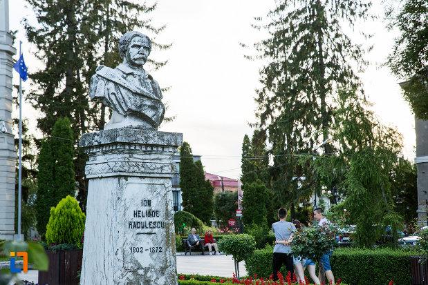 imagine-cu-bustul-lui-ion-heliade-radulescu-din-targoviste-judetul-dambovita.jpg
