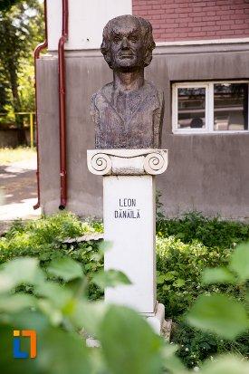 imagine-cu-bustul-lui-leon-danaila-din-dorohoi-judetul-botosani.jpg