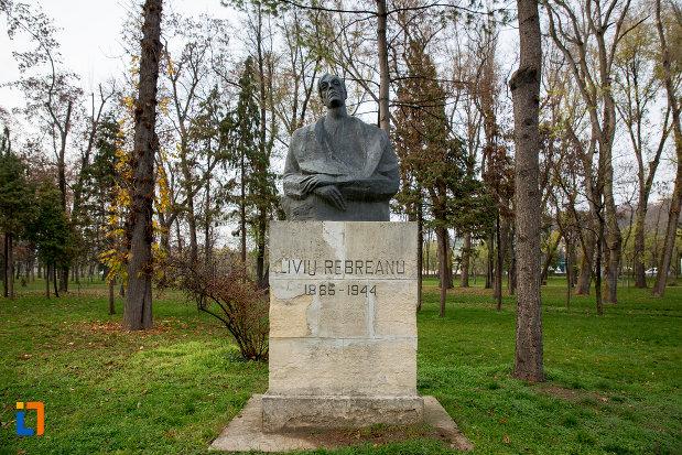 imagine-cu-bustul-lui-liviu-rebreanu-din-parcul-central-cluj-napoca-judetul-cluj.jpg