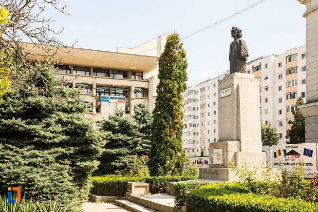 imagine-cu-bustul-lui-mihai-eminescu-din-fata-teatrului-din-botosani-judetul-botosani.jpg