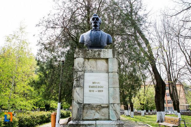 imagine-cu-bustul-lui-mihai-eminescu-din-oravita-judetul-caras-severin.jpg