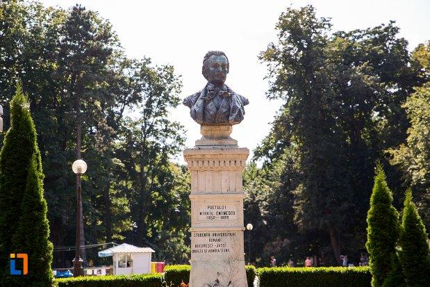 imagine-cu-bustul-lui-mihai-eminescu-din-parcul-m-eminescu-din-botosani-judetul-botosani.jpg