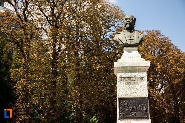 imagine-cu-bustul-lui-mihail-kogalniceanu-din-dorohoi-judetul-botosani.jpg