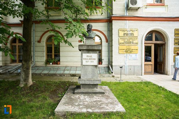 imagine-cu-bustul-lui-mihail-kogalniceanu-din-galati-judetul-galati.jpg