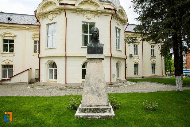 imagine-cu-bustul-lui-tudor-vladimirescu-din-caracal-judetul-olt.jpg
