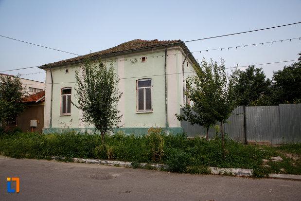 imagine-cu-casa-aneta-constantinescu-1870-din-turnu-magurele-judetul-teleorman.jpg