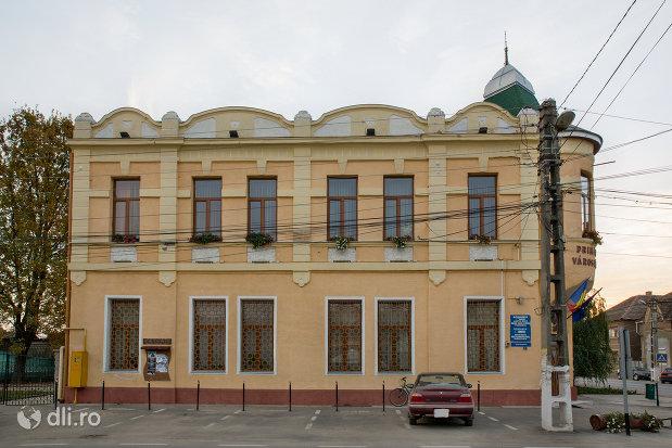 imagine-cu-casa-de-cultura-02-bartok-bela-din-valea-lui-mihai-judetul-bihor.jpg