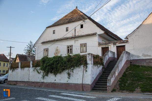 imagine-cu-casa-parohiala-evanghelica-1719-din-talmaciu-judetul-sibiu.jpg