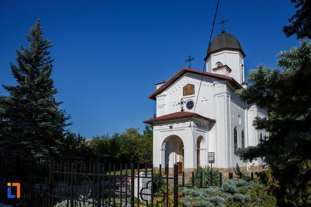 imagine-cu-casa-parohiala-si-biserica-sf-nicolae-din-campina-judetul-prahova.jpg