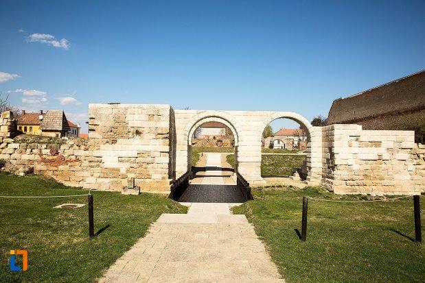 imagine-cu-castrul-roman-poarta-de-sud-din-alba-iulia-judetul-alba.jpg