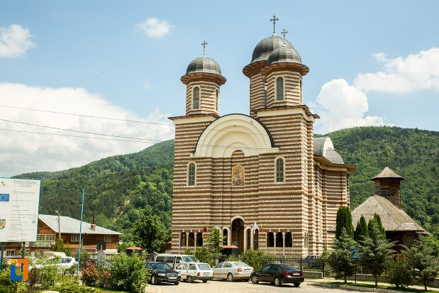 imagine-cu-catedrala-ortodoxa-sf-gheorghe-din-nehoiu-judetul-buzau.jpg