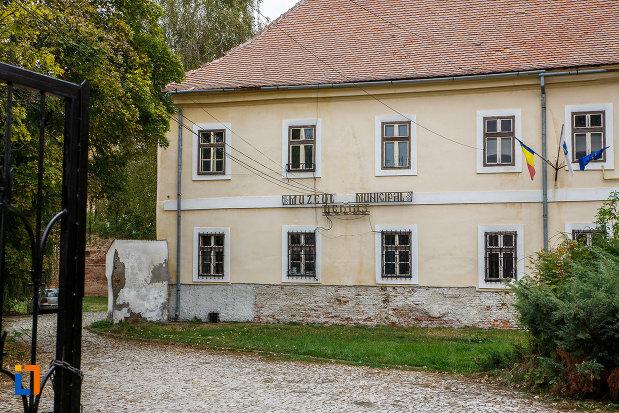 imagine-cu-claustrul-fostei-manastiri-franciscane-1815-azi-muzeul-municipal-din-medias-judetul-sibiu.jpg