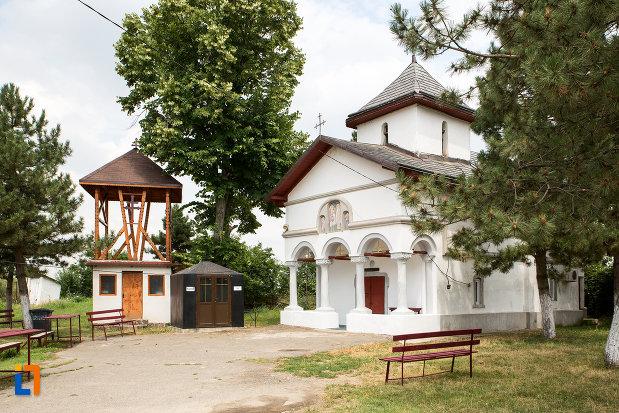 imagine-cu-clopotnita-si-biserica-sf-arhagheli-mihail-si-gavril-din-mihailesti-judetul-giurgiu.jpg