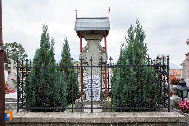 imagine-cu-cruce-de-piatra-la-locul-altarului-bisericii-de-lemn-din-sacele-judetul-brasov.jpg