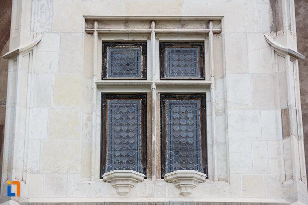 imagine-cu-fereastra-dubla-de-la-castelul-corvinilor-azi-muzeu-din-hunedoara-judetul-hunedoara.jpg