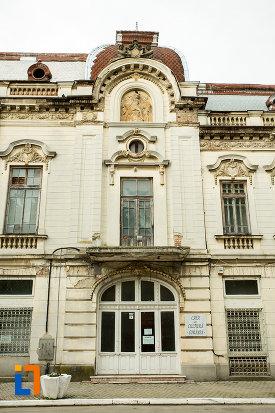 imagine-cu-ferestreke-de-la-palatul-cosma-constantinescu-casa-de-cultura-si-muzeul-de-arheologie-si-etnografie-judetul-olt.jpg