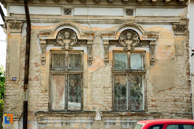 imagine-cu-ferestrele-de-la-casa-coravu-violeta-din-drobeta-turnu-severin-judetul-mehedinti.jpg