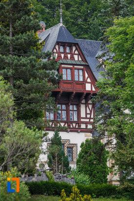 imagine-cu-ferestrele-de-la-castelul-peles-din-sinaia-judetul-prahova.jpg