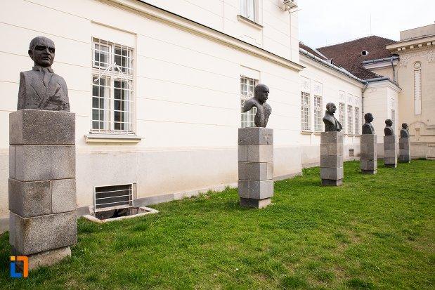 imagine-cu-grupul-statuar-din-fata-salii-unirii-din-alba-iulia-judetul-alba.jpg