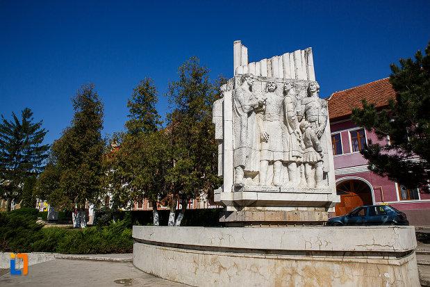imagine-cu-grupul-statuar-palia-din-orastie-judetul-hunedoara.jpg