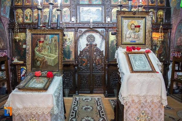 imagine-cu-icoane-din-biserica-nasterea-maicii-domnului-din-zarnesti-judetul-brasov.jpg