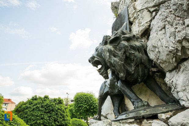 imagine-cu-leul-de-la-statuia-lui-tudor-vladimirescu-1898-din-targu-jiu-judetul-gorj.jpg