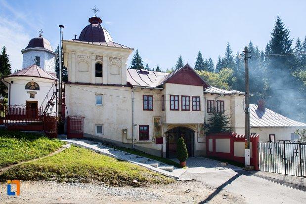 imagine-cu-manastirea-predeal-judetul-brasov.jpg