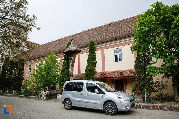 imagine-cu-manastirea-si-biserica-franciscana-din-deva-judetul-hunedoara.jpg