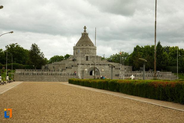 imagine-cu-mausoleul-eroilor-din-1916-1919-de-la-marasesti-judetul-vrancea.jpg