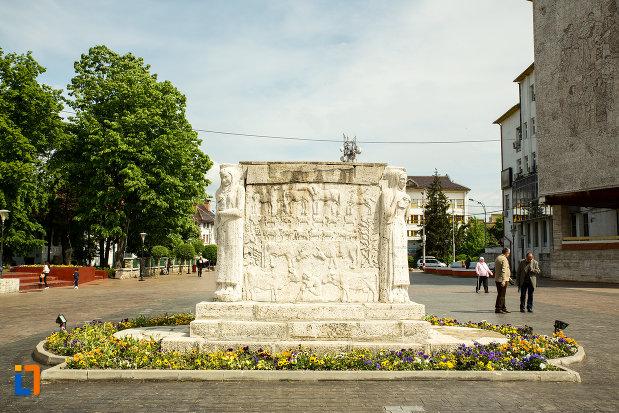 imagine-cu-mausoleul-eroinei-ecaterina-teodoroiu-din-targu-jiu.jpg
