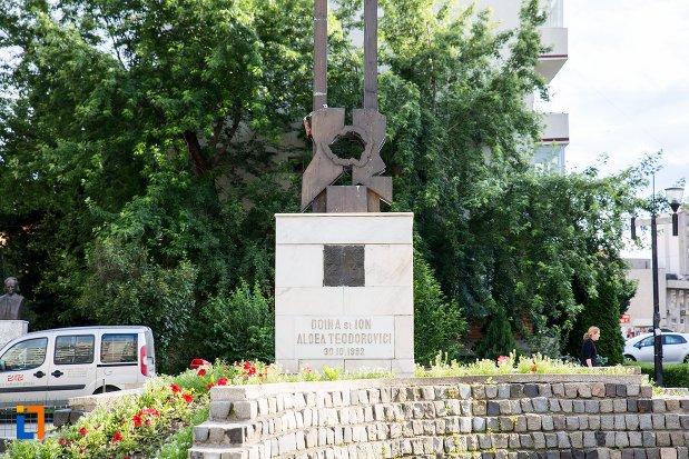 imagine-cu-monument-comemorativ-doina-si-ion-aldea-teodorovici-din-pitesti-judetul-arges.jpg