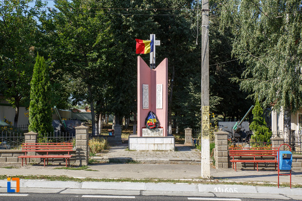 imagine-cu-monument-eroilor-din-salcea-judetul-suceava.jpg