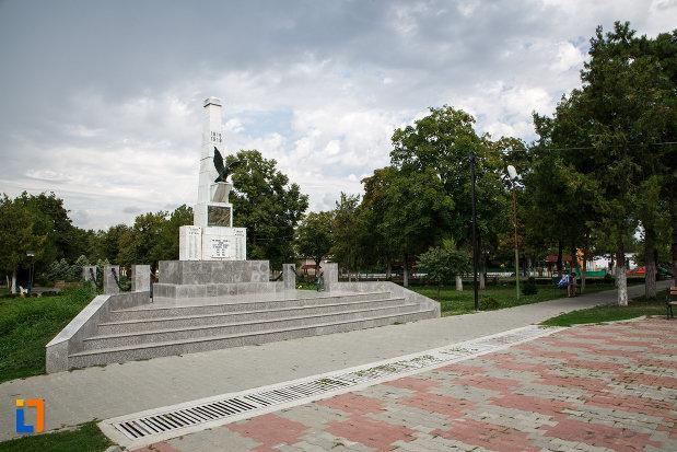 imagine-cu-monumentul-eroilor-din-babadag-judetul-tulcea.jpg