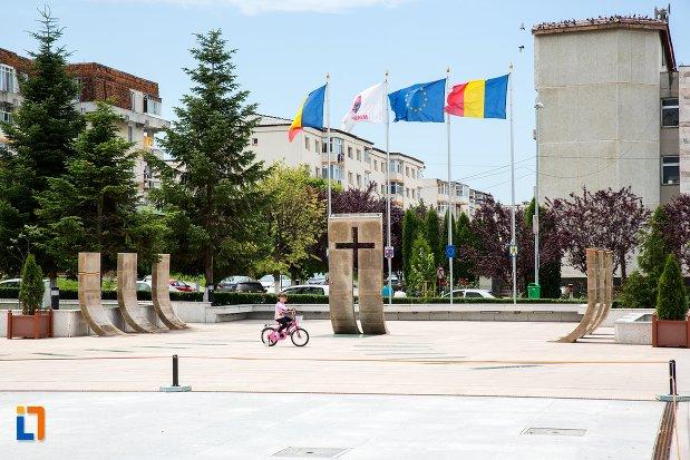 imagine-cu-monumentul-eroilor-din-mioveni-judetul-arges.jpg