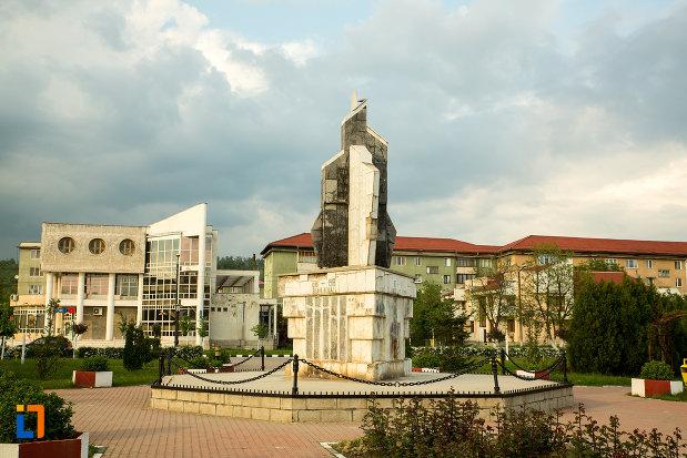 imagine-cu-monumentul-eroilor-din-motru-judetul-gorj.jpg