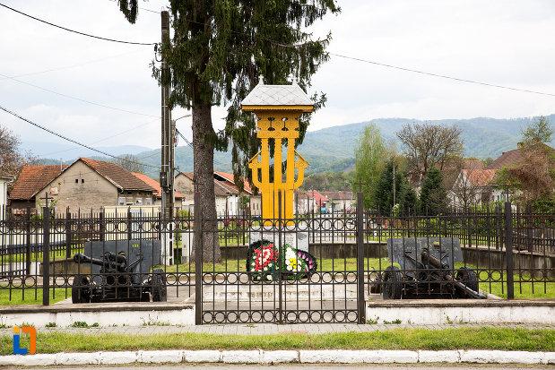 imagine-cu-monumentul-eroilor-din-otelu-rosu-judetul-crasa-severin.jpg