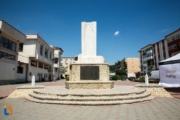 imagine-cu-monumentul-eroilor-din-topoloveni-judetul-arges.jpg