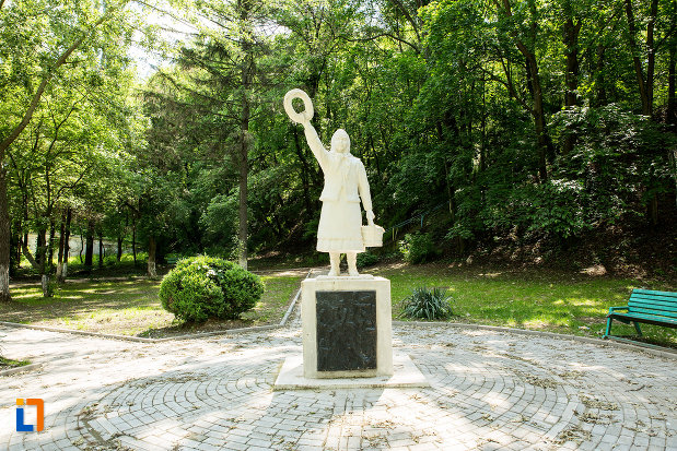 imagine-cu-monumentul-fetitei-erou-marita-din-calafat-judetul-dolj.jpg