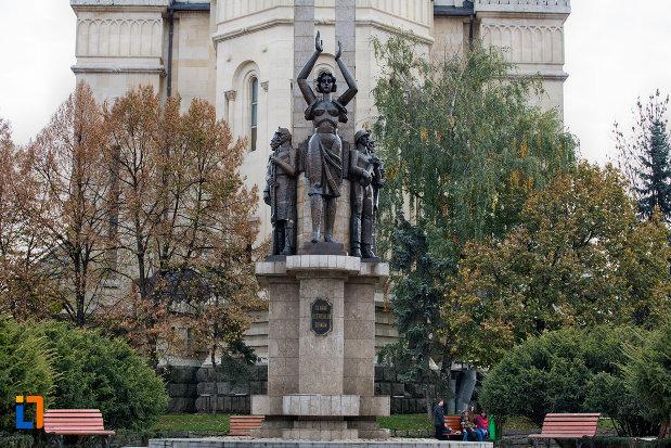 imagine-cu-monumentul-glorie-ostasului-roman-din-cluj-napoca-judetul-cluj.jpg