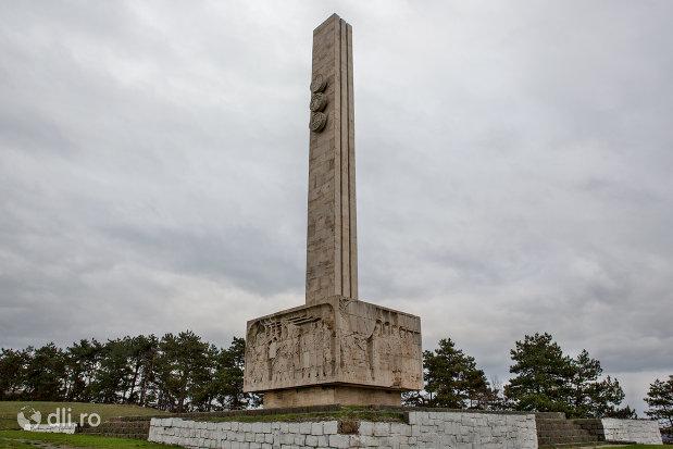 imagine-cu-monumentul-mihai-viteazul-din-guruslau-judetul-salaj.jpg