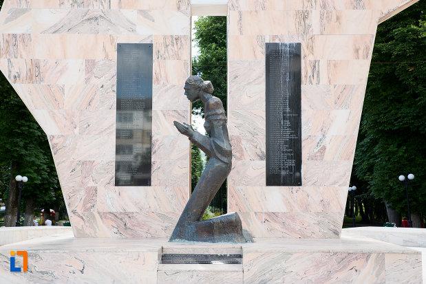imagine-cu-monumentul-ostasilor-cazuti-din-pucioasa-judetul-dambovita.jpg